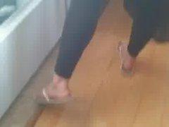 Minha irma mais nova de legging e pezinhos lindos