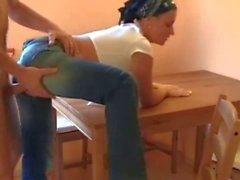 Menina com jeans rasgado fodida na cozinha