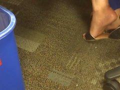 sexy shoeplay sandals au bureau