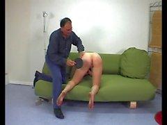 jeune femme docile et soumise fessee