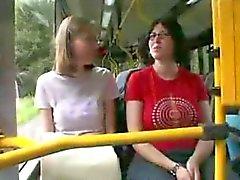 Baisee dans le Bus
