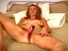 Milf amateur happily gets naked and vibrates her clit