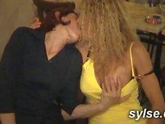 3 MILFs baisent les clients du sexshop, 2 autres au restau