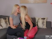 2 heiße blonde Lesben - Maviepearl & SweetLina - DildoSpass (1 of 3)