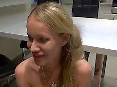 Blondine fickt die mietschulden ab