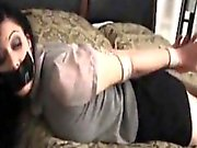 Braunhaarige in Stiefeln und Seilen gefesselt
