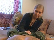 Kleine Stief-Schwester hilft ihm mit einem Blowjob