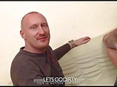 Cuckold er schaut zu wie seine Frau gefickt wird
