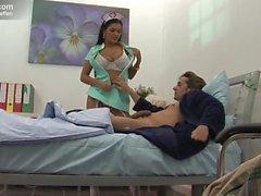Thai Krankenschwester bumst Patient im Bett